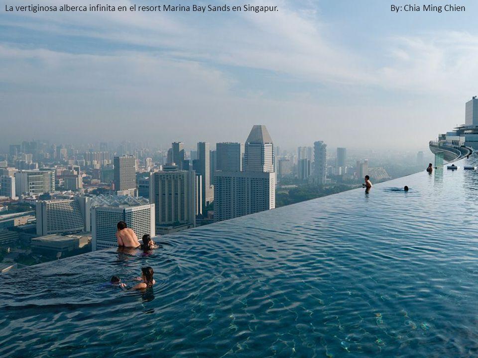 La vertiginosa alberca infinita en el resort Marina Bay Sands en Singapur. By: Chia Ming Chien