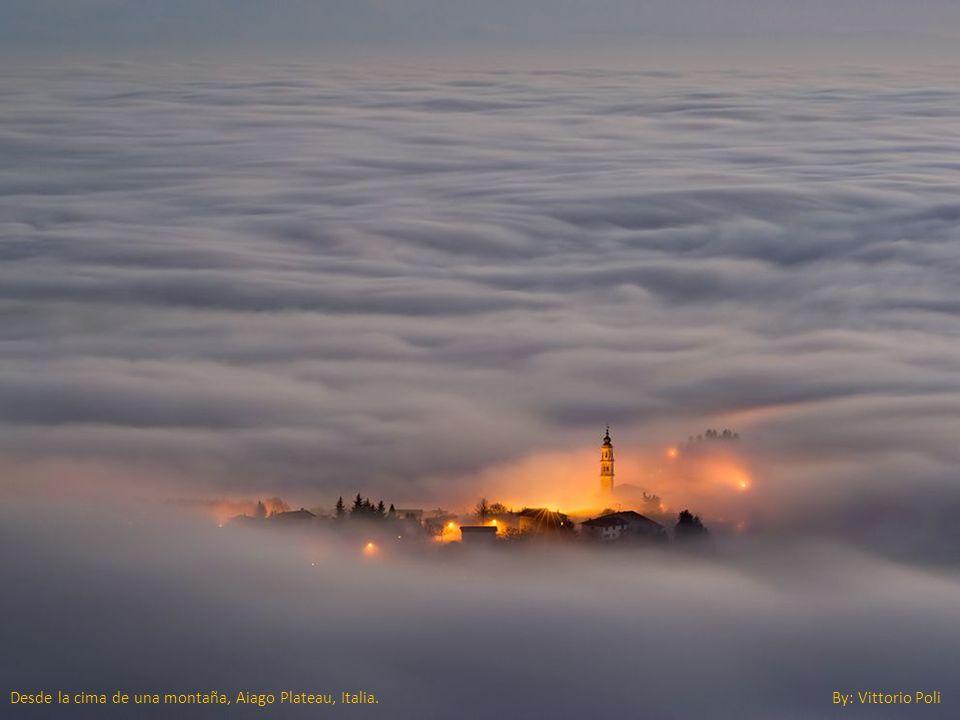 Desde la cima de una montaña, Aiago Plateau, Italia. By: Vittorio Poli