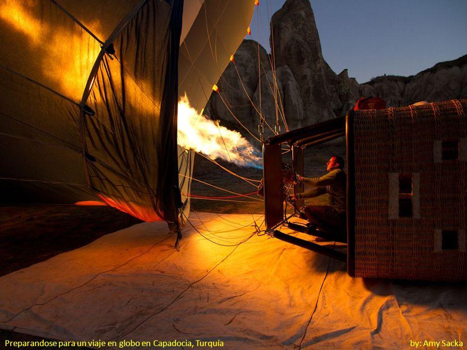 Preparandose para un viaje en globo en Capadocia, Turquía by: Amy Sacka