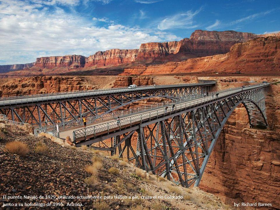 El puente Navajo de 1929, utilizado actualmente para tráfico a pie, cruza el río Colorado
