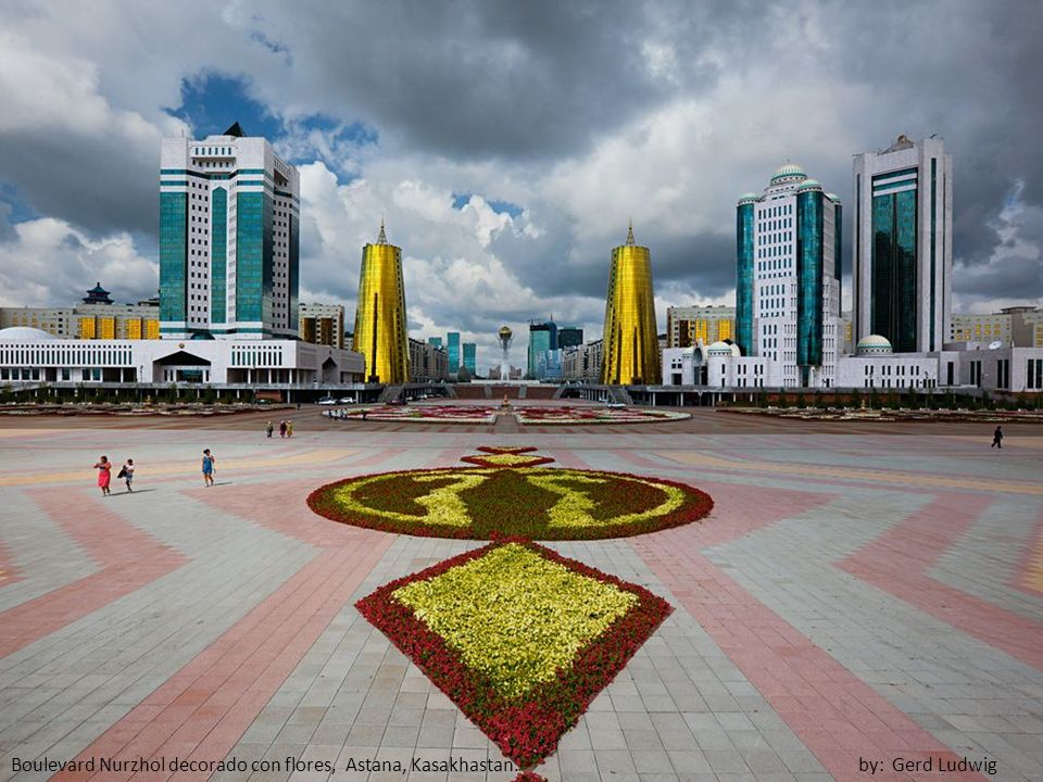 Boulevard Nurzhol decorado con flores, Astana, Kasakhastan