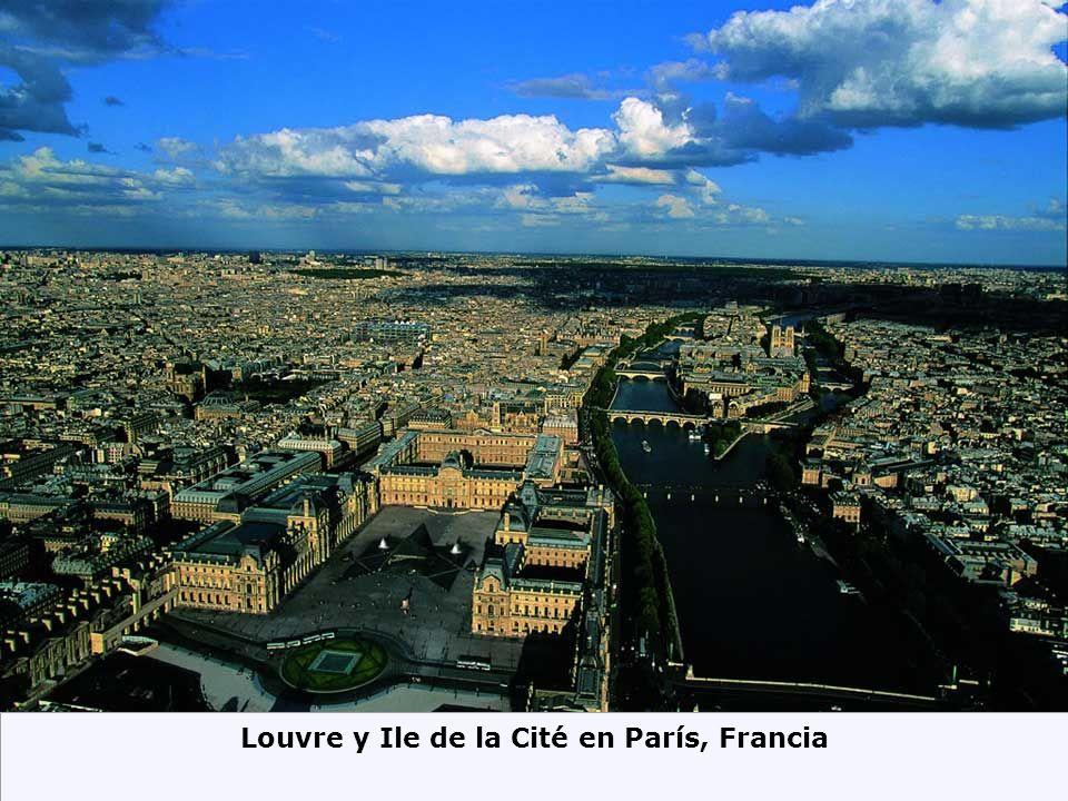 Louvre y Ile de la Cité en París, Francia