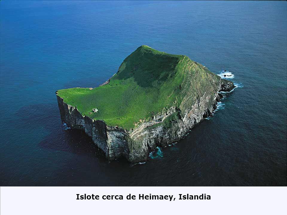Islote cerca de Heimaey, Islandia