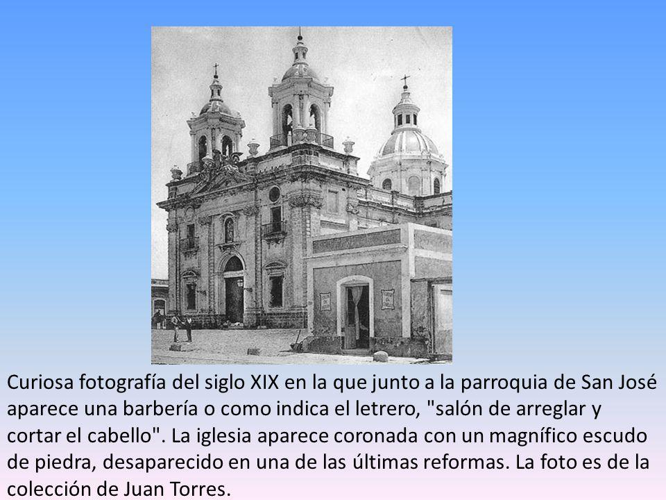 Curiosa fotografía del siglo XIX en la que junto a la parroquia de San José aparece una barbería o como indica el letrero, salón de arreglar y cortar el cabello .