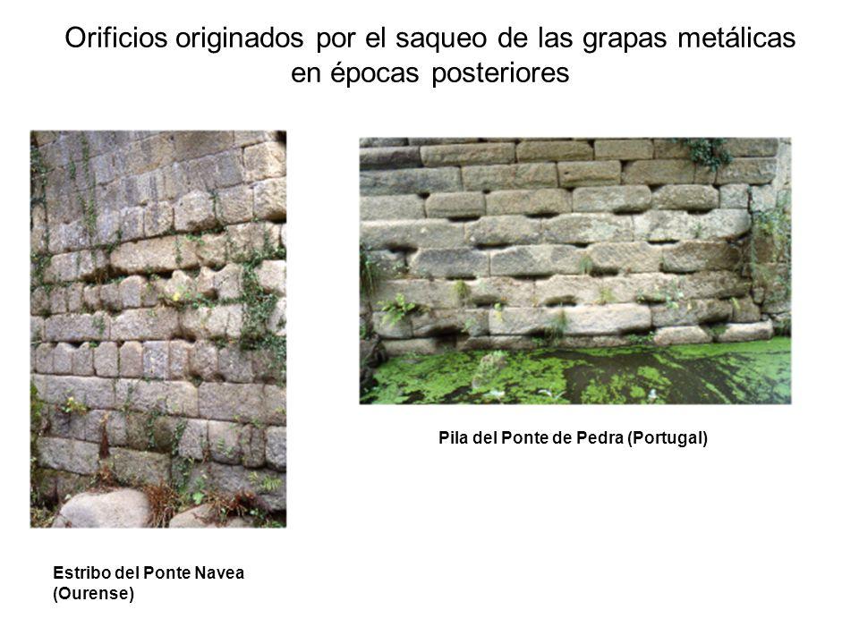 Orificios originados por el saqueo de las grapas metálicas en épocas posteriores