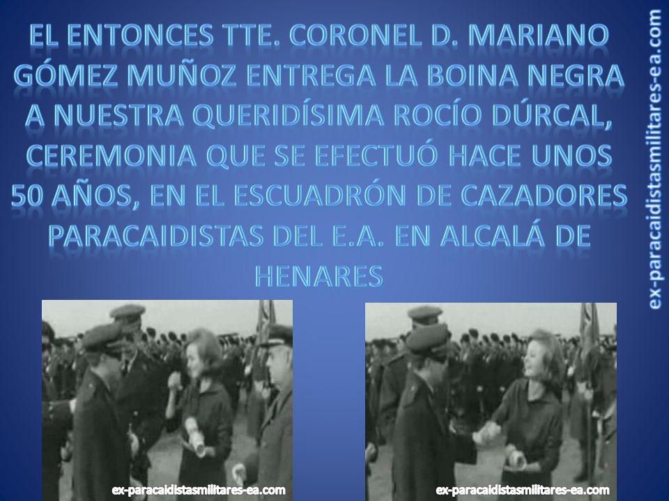 El entonces Tte. Coronel d. mariano Gómez muñoz entrega la boina negra