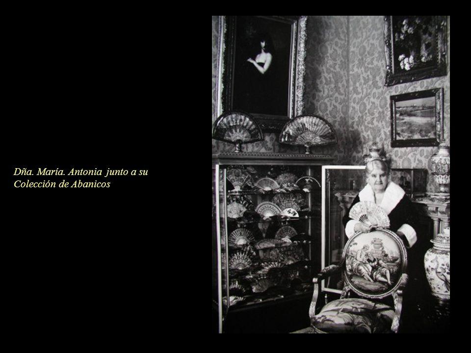 Dña. María. Antonia junto a su Colección de Abanicos