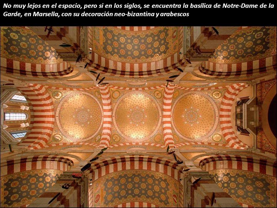 No muy lejos en el espacio, pero si en los siglos, se encuentra la basílica de Notre-Dame de la Garde, en Marsella, con su decoración neo-bizantina y arabescos
