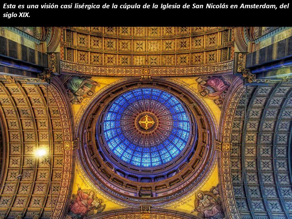 Esta es una visión casi lisérgica de la cúpula de la Iglesia de San Nicolás en Amsterdam, del siglo XIX.