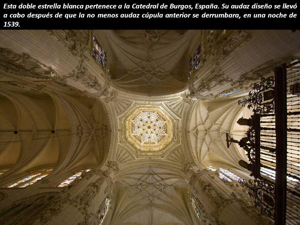 Esta doble estrella blanca pertenece a la Catedral de Burgos, España