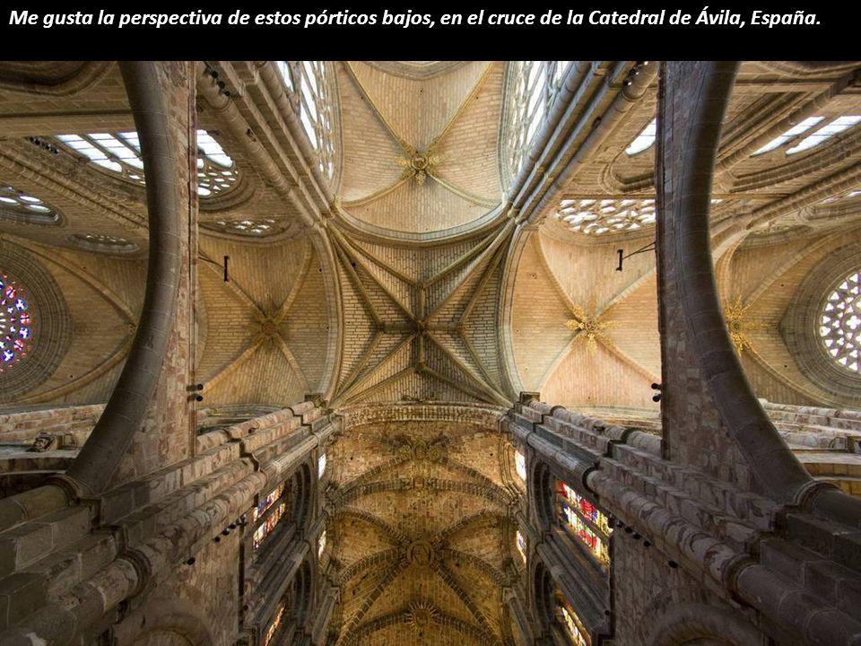 Me gusta la perspectiva de estos pórticos bajos, en el cruce de la Catedral de Ávila, España.