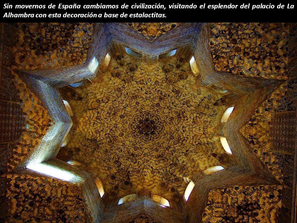 Sin movernos de España cambiamos de civilización, visitando el esplendor del palacio de La Alhambra con esta decoración a base de estalactitas.