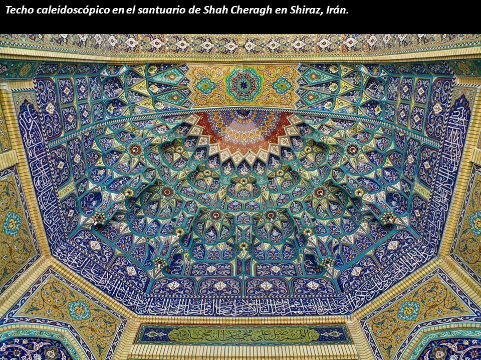 Techo caleidoscópico en el santuario de Shah Cheragh en Shiraz, Irán.