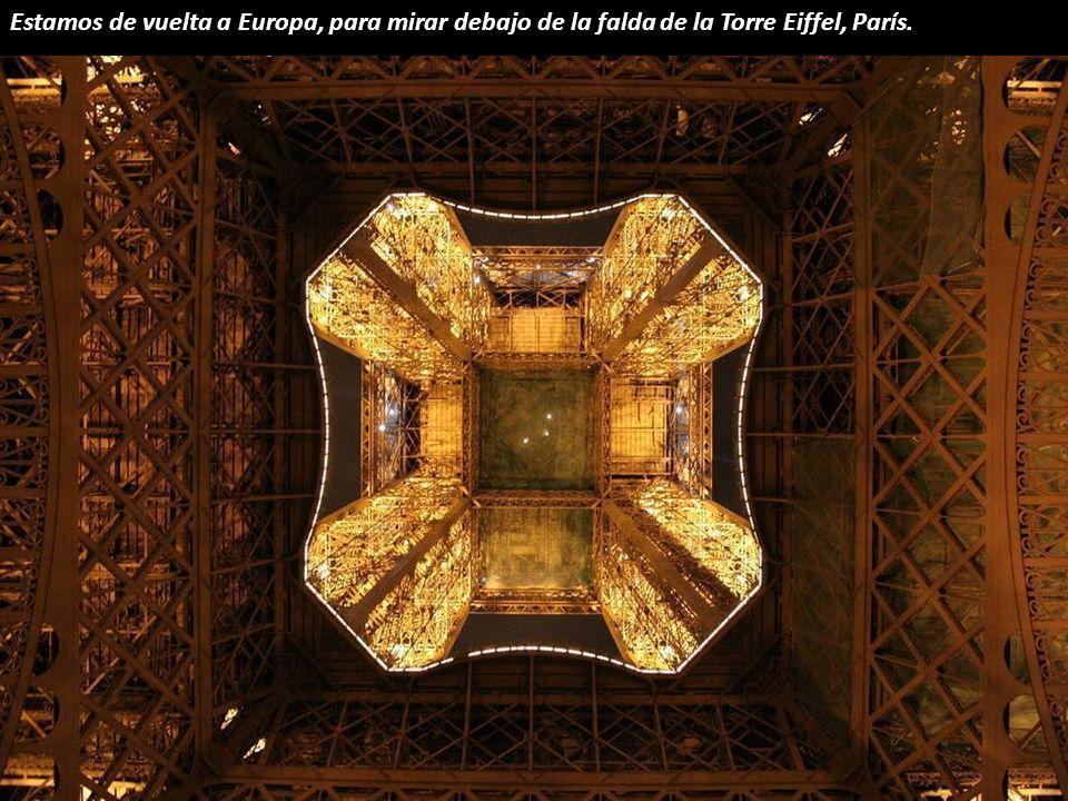 Estamos de vuelta a Europa, para mirar debajo de la falda de la Torre Eiffel, París.