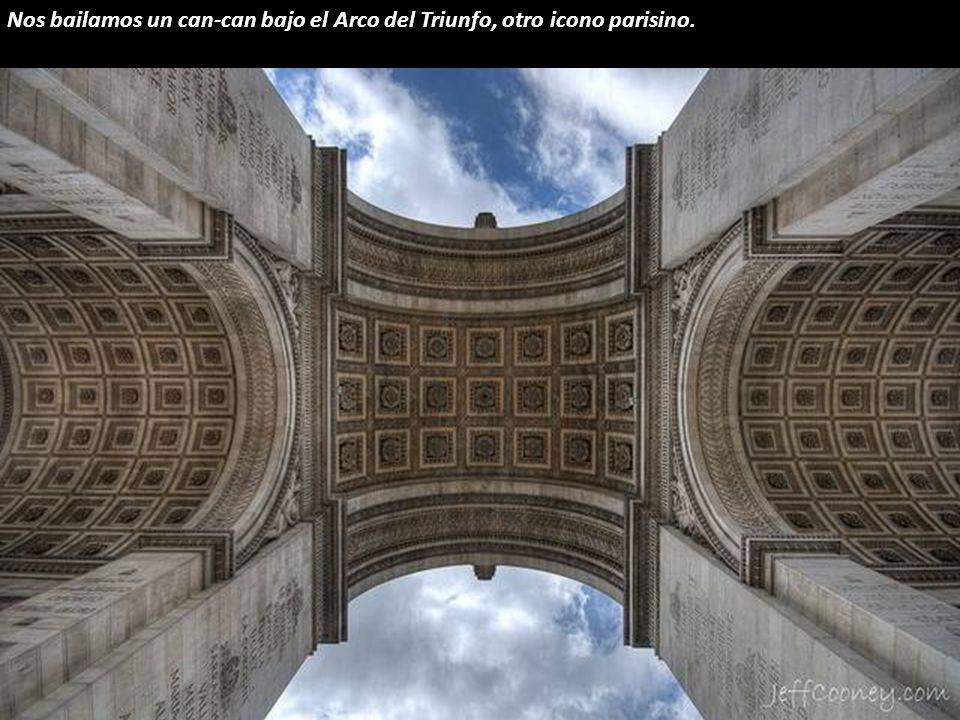 Nos bailamos un can-can bajo el Arco del Triunfo, otro icono parisino.