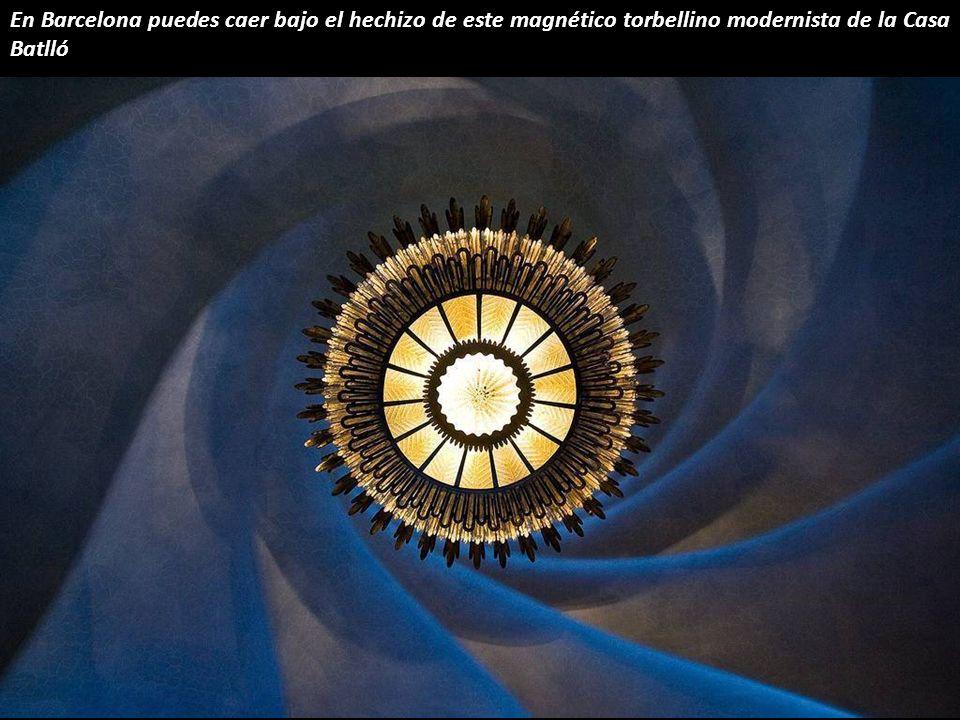 En Barcelona puedes caer bajo el hechizo de este magnético torbellino modernista de la Casa Batlló