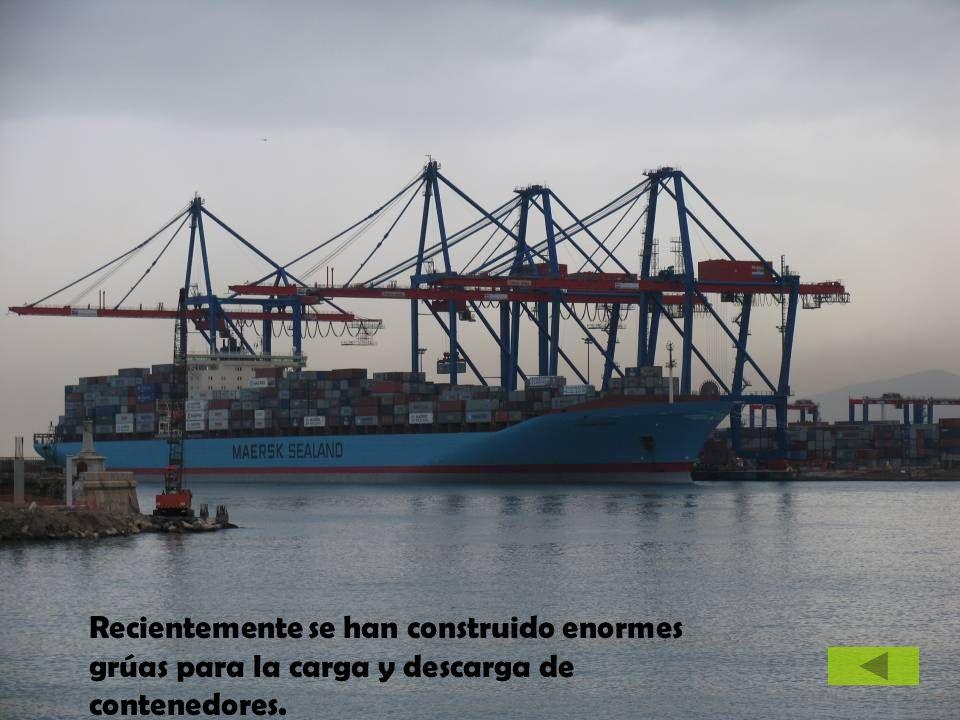 Recientemente se han construido enormes grúas para la carga y descarga de contenedores.