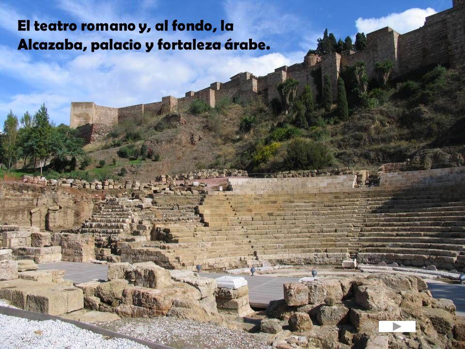 El teatro romano y, al fondo, la Alcazaba, palacio y fortaleza árabe.