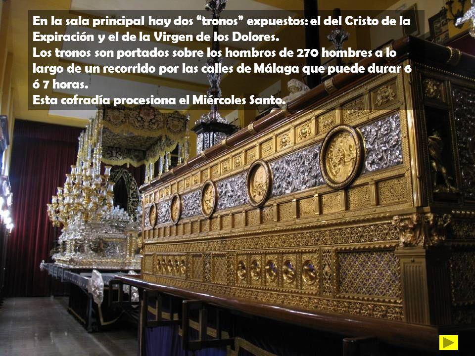 En la sala principal hay dos tronos expuestos: el del Cristo de la Expiración y el de la Virgen de los Dolores.