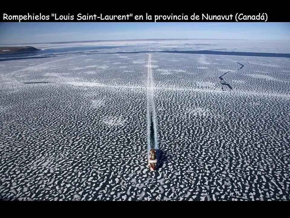 Rompehielos Louis Saint-Laurent en la provincia de Nunavut (Canadá)