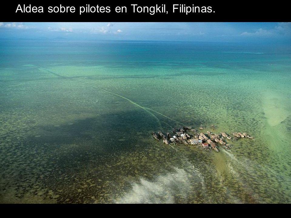 Aldea sobre pilotes en Tongkil, Filipinas.