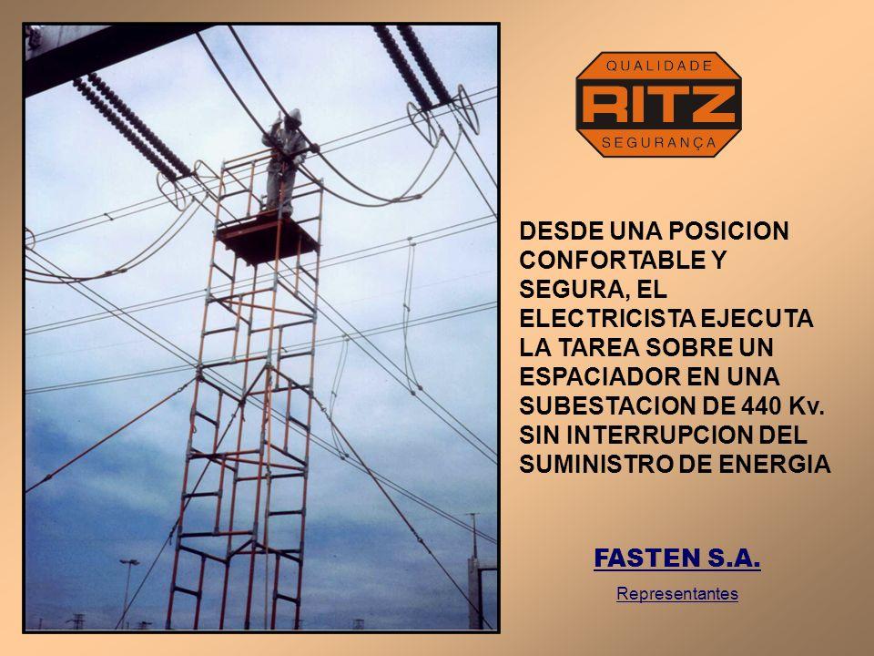 DESDE UNA POSICION CONFORTABLE Y SEGURA, EL ELECTRICISTA EJECUTA LA TAREA SOBRE UN ESPACIADOR EN UNA SUBESTACION DE 440 Kv. SIN INTERRUPCION DEL SUMINISTRO DE ENERGIA