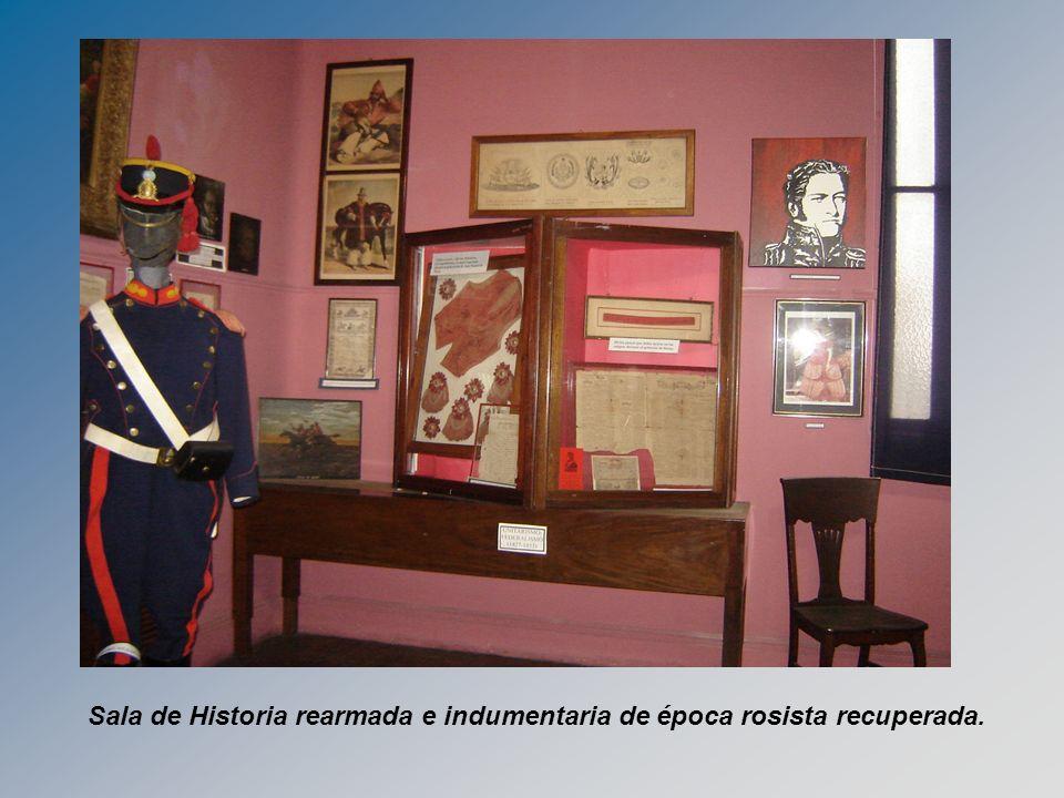 Sala de Historia rearmada e indumentaria de época rosista recuperada.