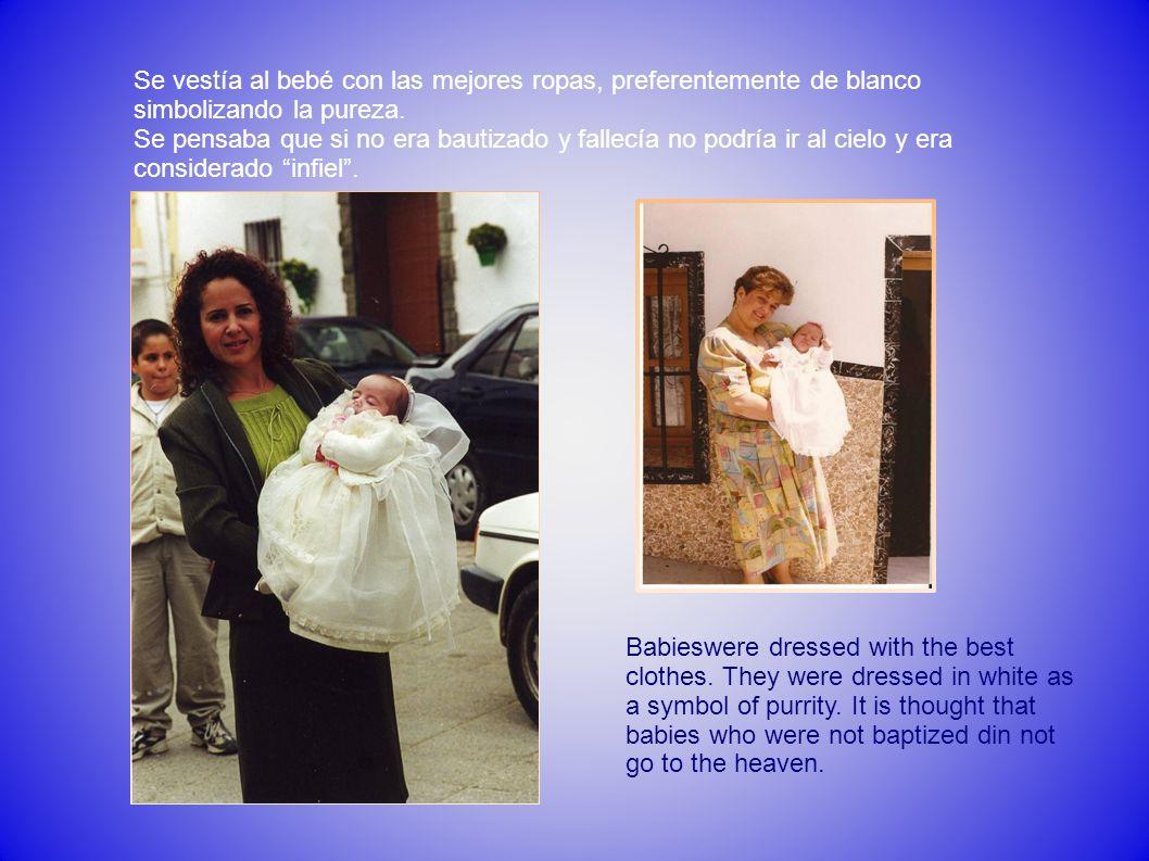 Se vestía al bebé con las mejores ropas, preferentemente de blanco simbolizando la pureza.