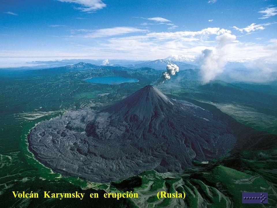 Volcán Karymsky en erupción (Rusia)