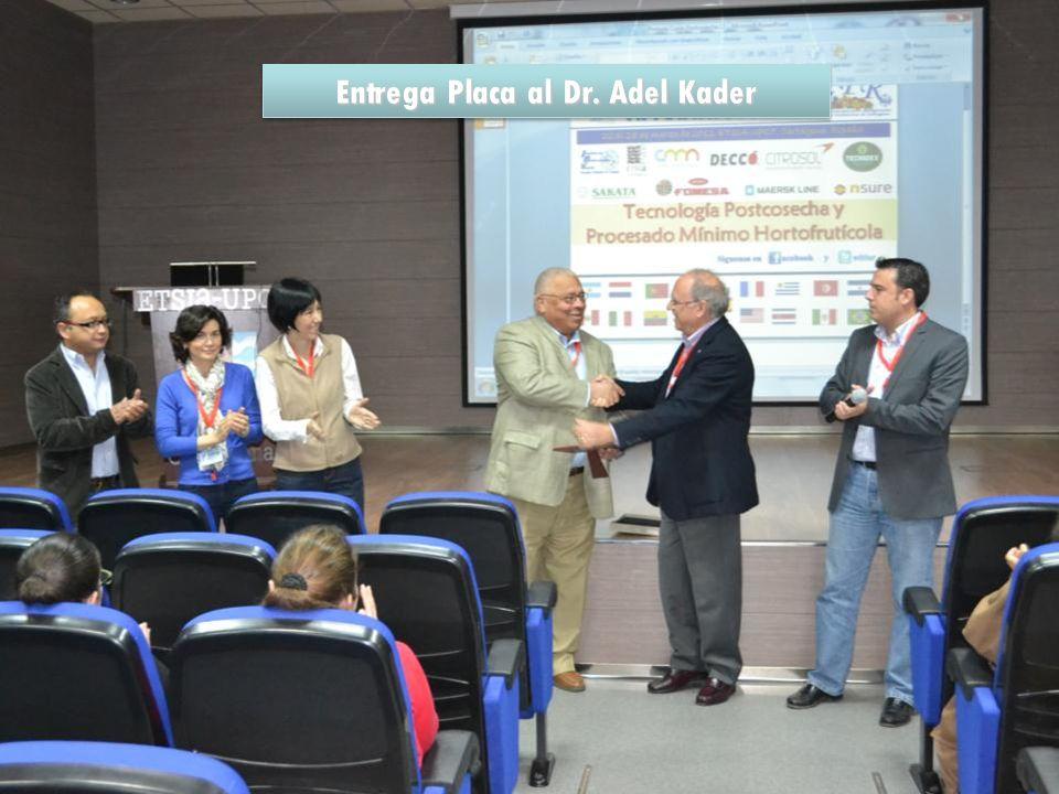 Entrega Placa al Dr. Adel Kader
