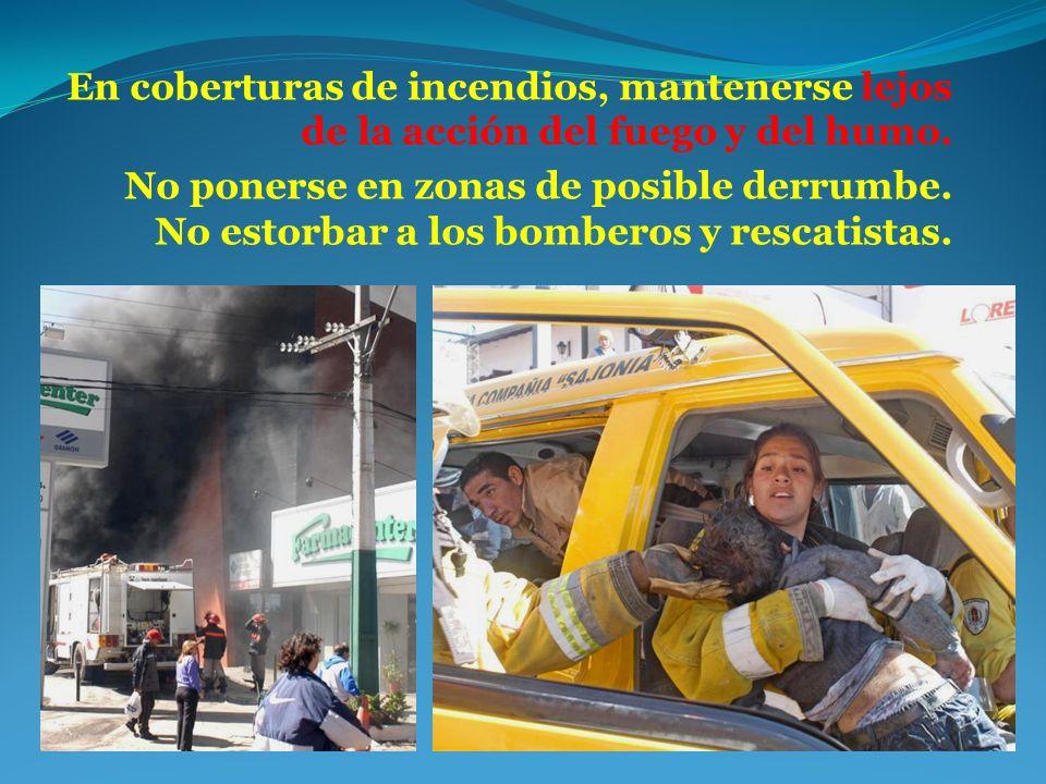 En coberturas de incendios, mantenerse lejos de la acción del fuego y del humo.