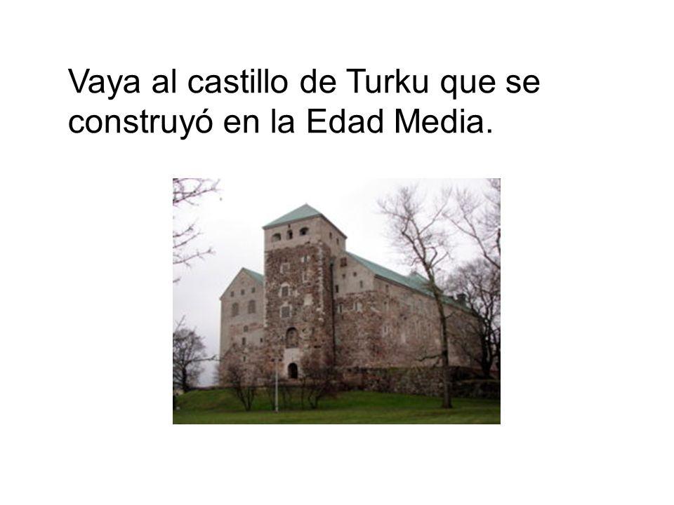 Vaya al castillo de Turku que se construyó en la Edad Media.