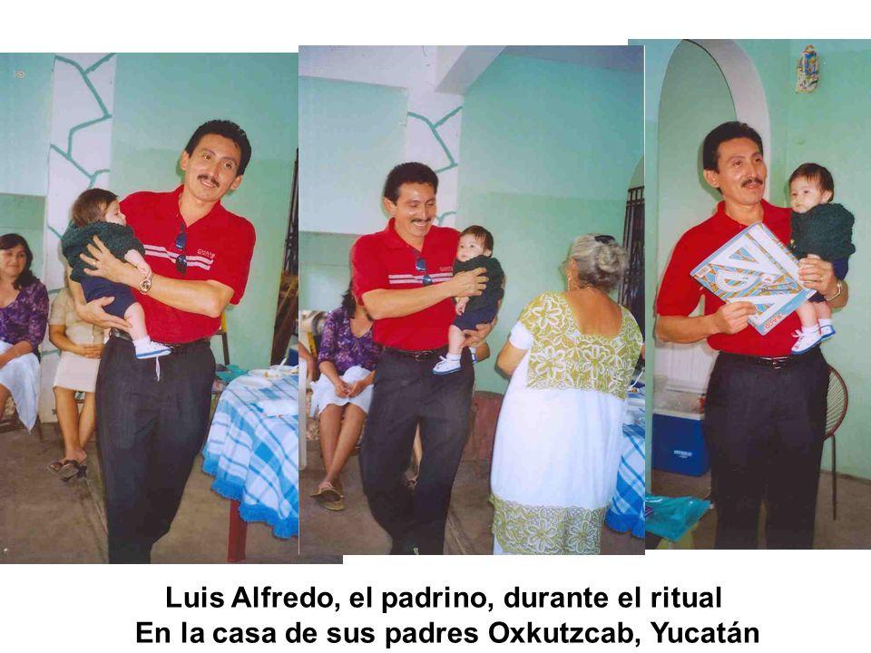 Luis Alfredo, el padrino, durante el ritual
