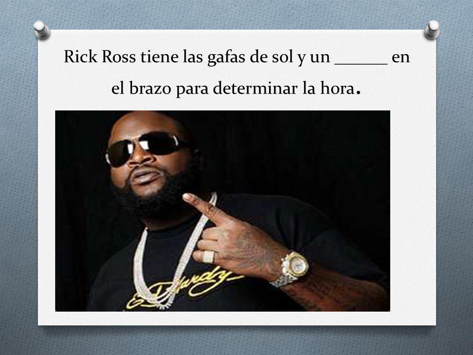 Rick Ross tiene las gafas de sol y un ______ en el brazo para determinar la hora.