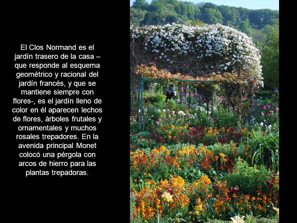 El Clos Normand es el jardín trasero de la casa –que responde al esquema geométrico y racional del jardín francés, y que se mantiene siempre con flores-, es el jardín lleno de color en él aparecen lechos de flores, árboles frutales y ornamentales y muchos rosales trepadores.