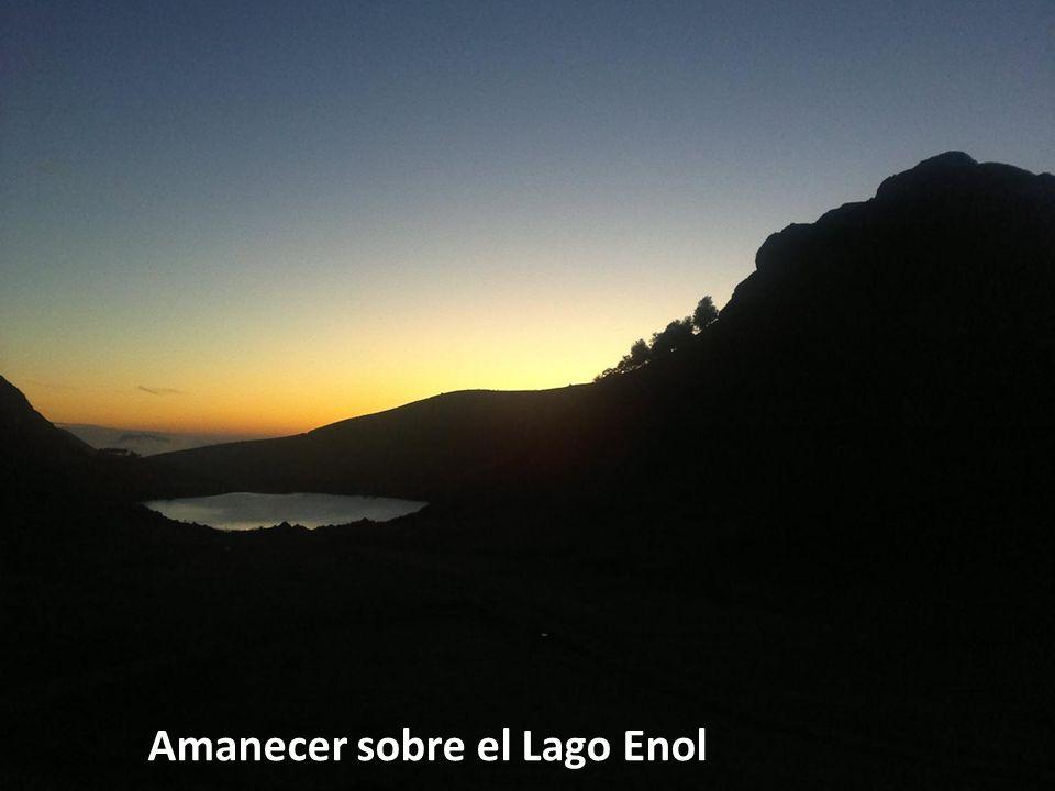 Amanecer sobre el Lago Enol