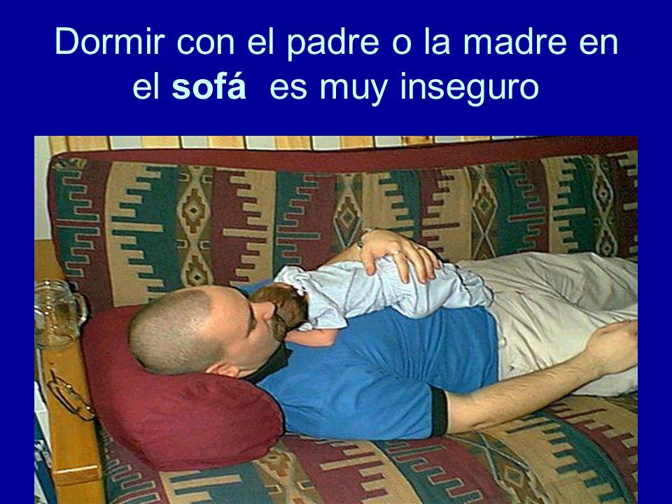 Dormir con el padre o la madre en el sofá es muy inseguro