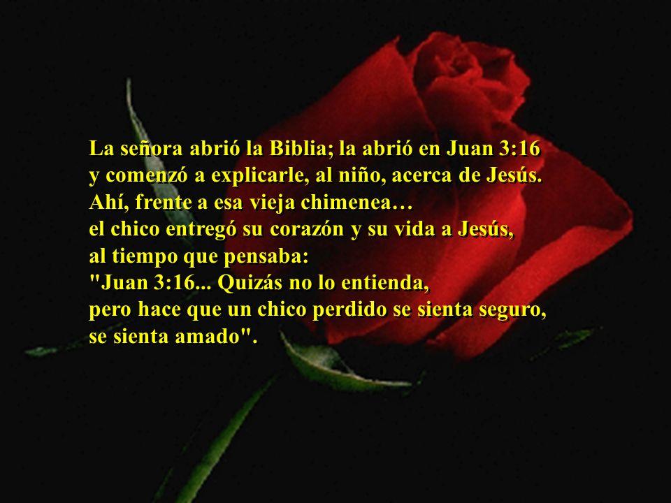 La señora abrió la Biblia; la abrió en Juan 3:16