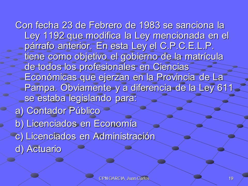 b) Licenciados en Economía c) Licenciados en Administración