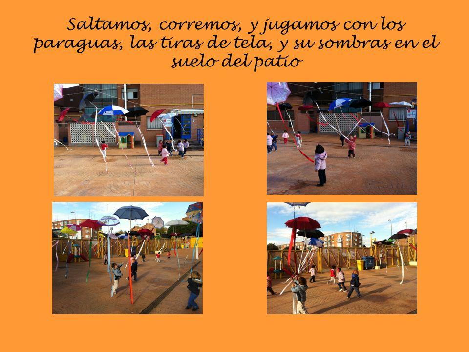 Saltamos, corremos, y jugamos con los paraguas, las tiras de tela, y su sombras en el suelo del patio