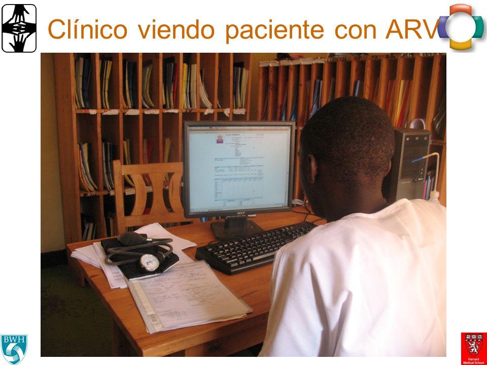 Clínico viendo paciente con ARV