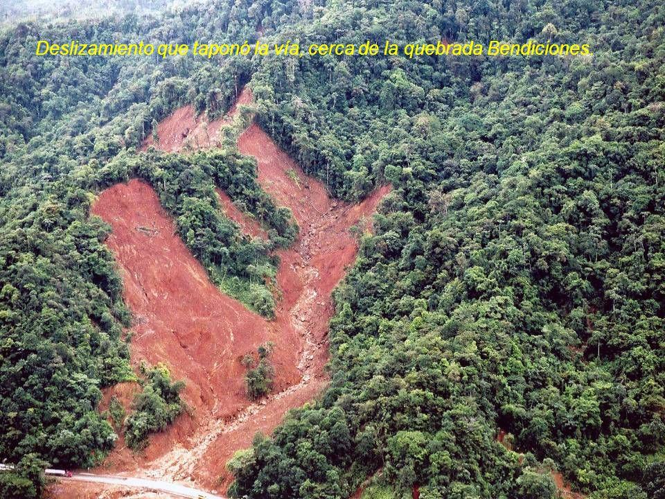 Deslizamiento que taponó la vía, cerca de la quebrada Bendiciones.