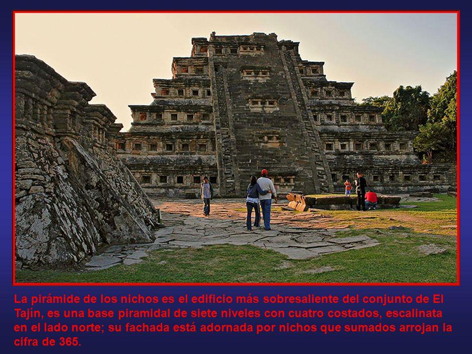 La pirámide de los nichos es el edificio más sobresaliente del conjunto de El Tajín, es una base piramidal de siete niveles con cuatro costados, escalinata en el lado norte; su fachada está adornada por nichos que sumados arrojan la cifra de 365.