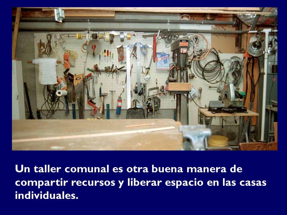 Un taller comunal es otra buena manera de compartir recursos y liberar espacio en las casas individuales.
