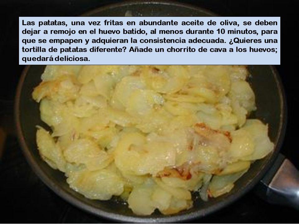 Las patatas, una vez fritas en abundante aceite de oliva, se deben dejar a remojo en el huevo batido, al menos durante 10 minutos, para que se empapen y adquieran la consistencia adecuada.