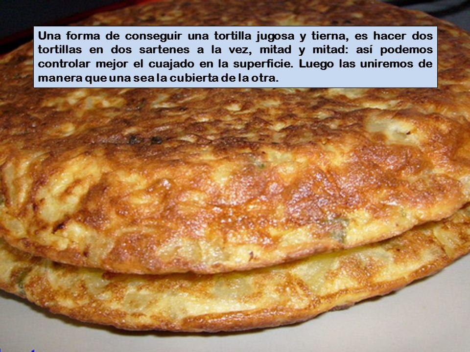 Una forma de conseguir una tortilla jugosa y tierna, es hacer dos tortillas en dos sartenes a la vez, mitad y mitad: así podemos controlar mejor el cuajado en la superficie.