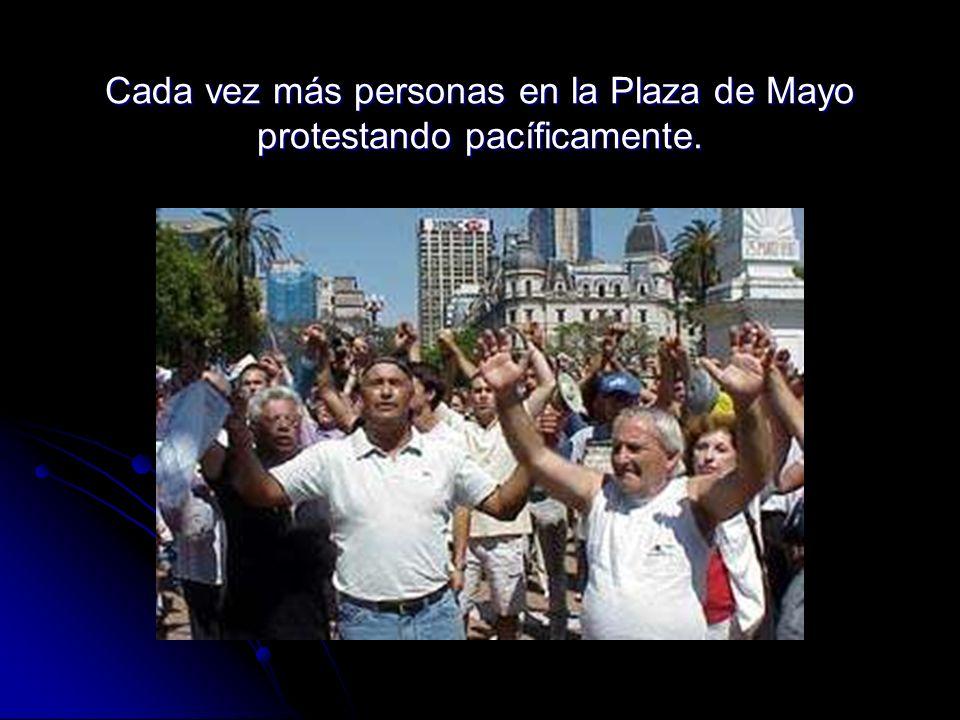 Cada vez más personas en la Plaza de Mayo protestando pacíficamente.