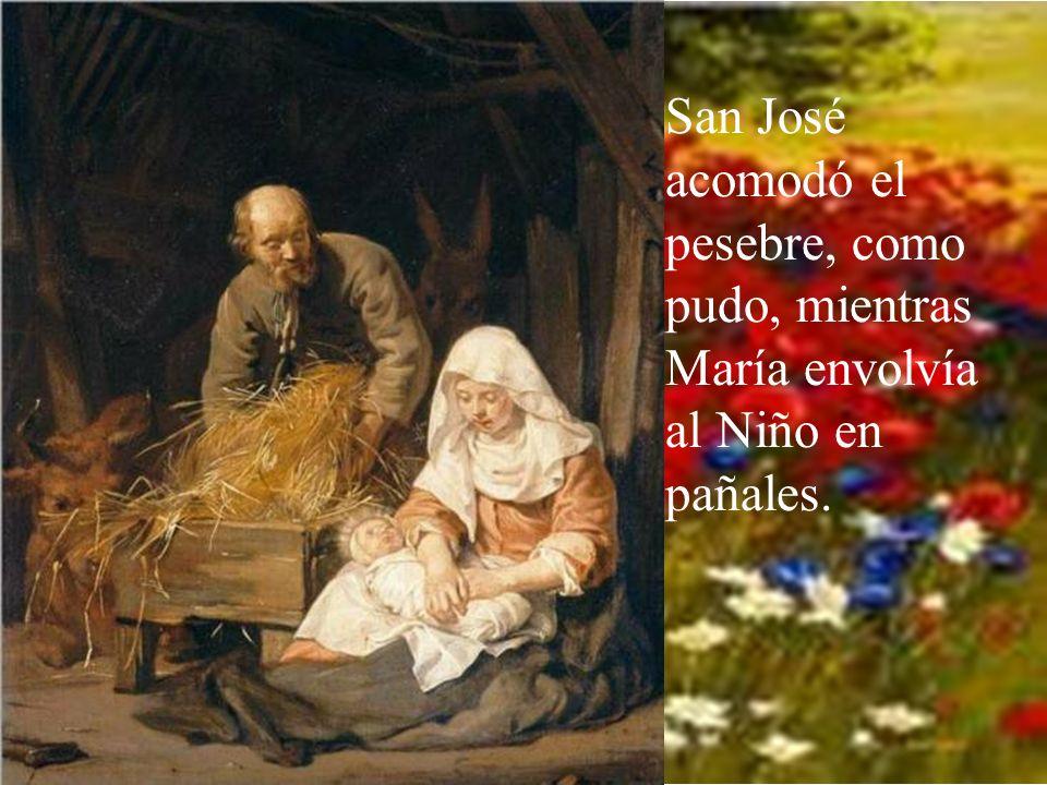 San José acomodó el pesebre, como pudo, mientras María envolvía al Niño en pañales.