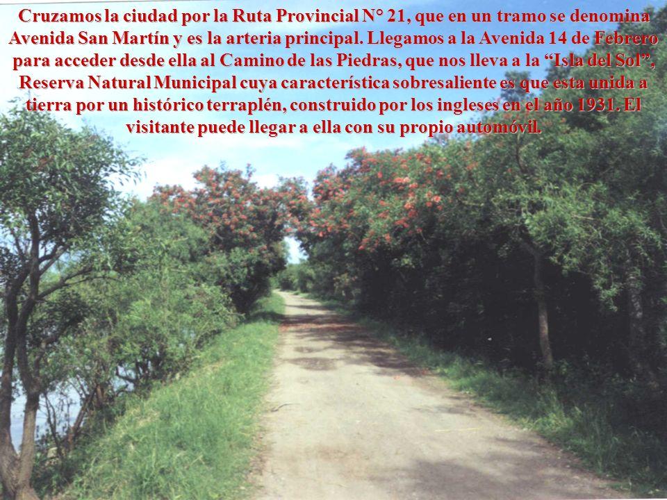 Cruzamos la ciudad por la Ruta Provincial N° 21, que en un tramo se denomina Avenida San Martín y es la arteria principal.