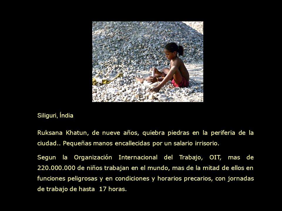 Siliguri, Índia Ruksana Khatun, de nueve años, quiebra piedras en la periferia de la ciudad.. Pequeñas manos encallecidas por un salario irrisorio.